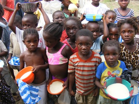 Feeding children in Liberia